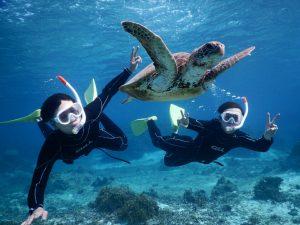 二人で宮古島のウミガメにピース