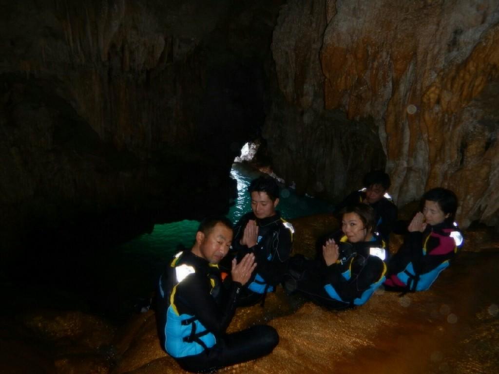 緑色の洞窟の鍾乳洞ツアー