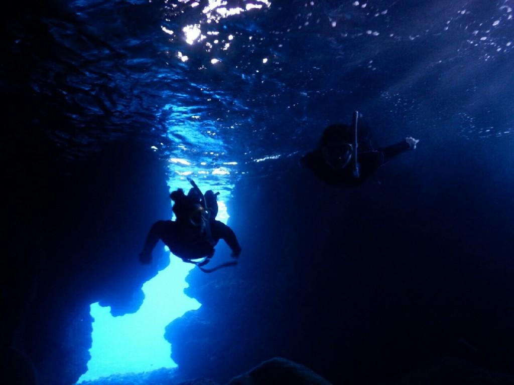 シュノーケルではなくスキンダイビングで青の洞窟内へ