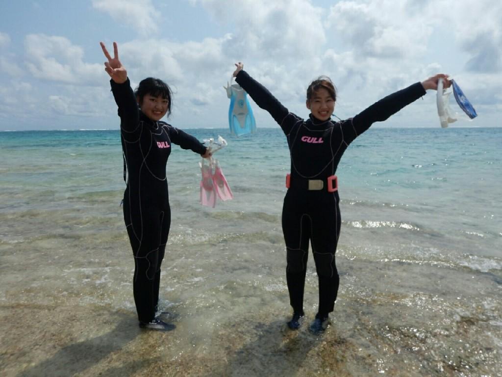 宮古島のビーチでハイテンションな二人